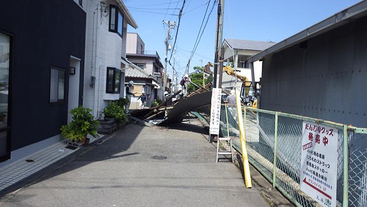 松ノ浜7号線の倒壊建物撤去前